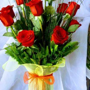 Florero de vidrio con 10 rosas